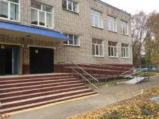 Фотография государственного учреждения с пандусом для инвалидов с двойными перилами из нержавейки