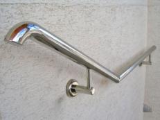 Фото пристенного поручня для инвалидов из нержавеющей стали на лестнице