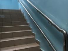 Фотография пристенного поручня для инвалидов в две трубы из нержавейки на лестнице