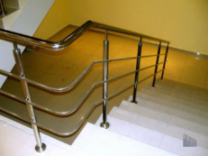 Фотография перил из нержавеющей стали с тремя ригелями на углу лестницы