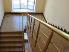 Фотография перил из анодированного алюминия «под золото» на лестнице