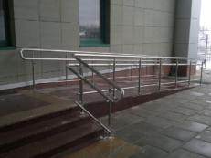 Фото перил на пандус и лестницу из анодированного алюминия для инвалидов